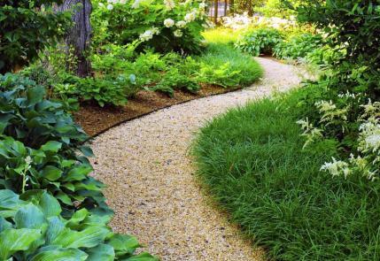 Как сделать красивую и удобную садовую дорожку?
